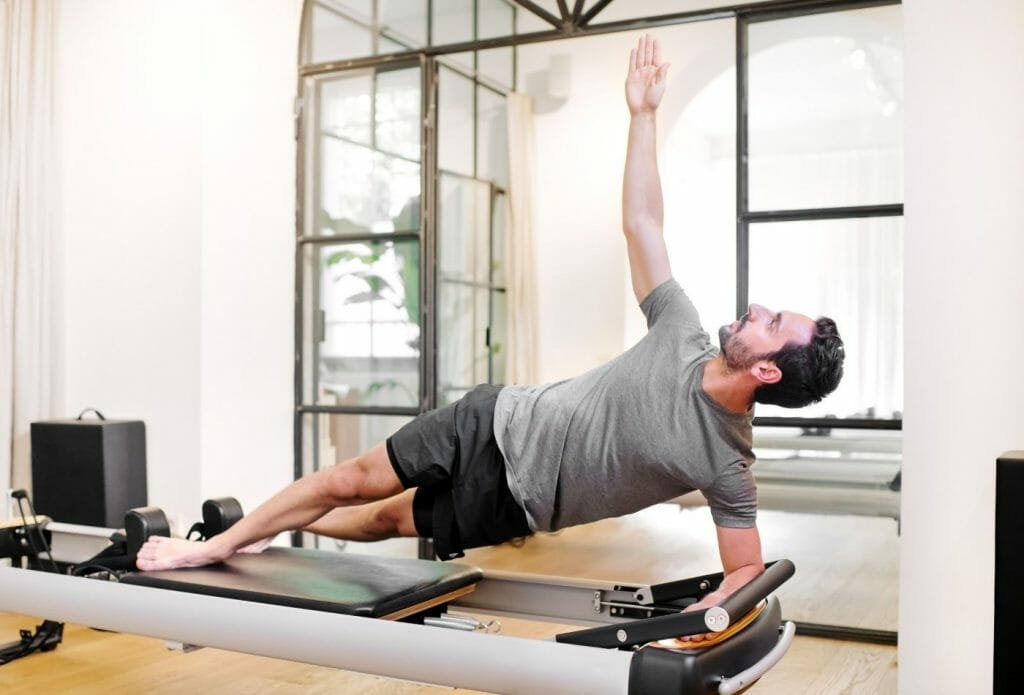 man doing a side elbow planking exercise